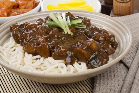 Jajangmyeon - porc cor�en  chinois et les l�gumes dans la p�te de haricot noir nouilles servies avec danmuji et le kimchi.