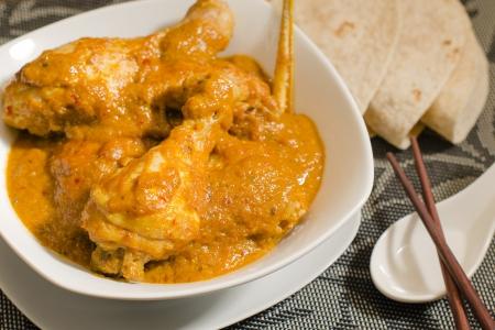 curry: Kari Ayam Kapitan - curry de pollo picante de Malasia con leche de coco servido con roti iluminaci�n tradicional cocina Nyonya Sencillo Primer plano