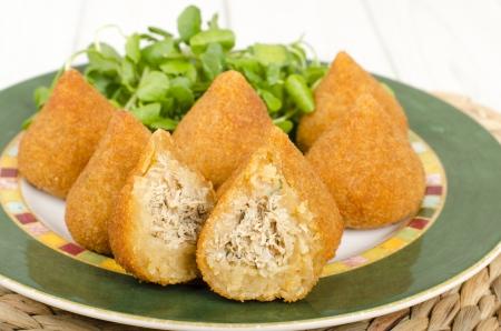 Coxinha de Galinha - Br�sil collation pan�s et frits farcis de poulet d�chiquet�