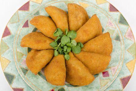 Rissole - Le poulet et le fromage avec de la salade rissole