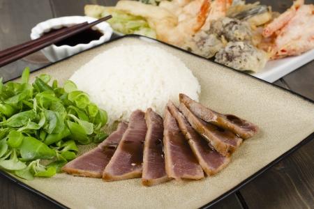 Thon Teriyaki - thon grill� marin� servi avec du riz cuit � la vapeur, tempura et sauce