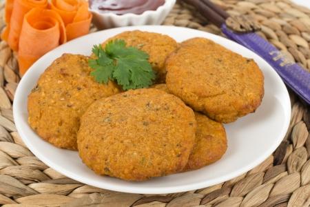 Tod Man Pla - croquettes frites tha�landaises servi avec un bol de sauce aux piments doux et garni de feuilles de coriandre Banque d'images