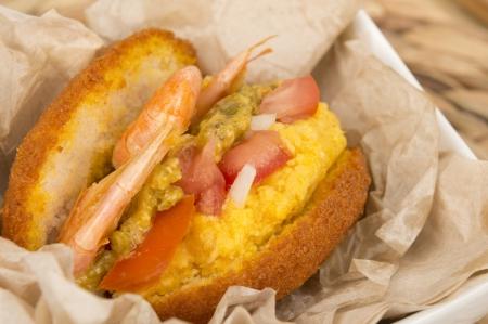 Acaraje - beignets traditionnels br�siliens fabriqu�s avec doliques � ?il noir servi avec caruru, saut� de crevettes et sauce chili nourriture typique de Bahia