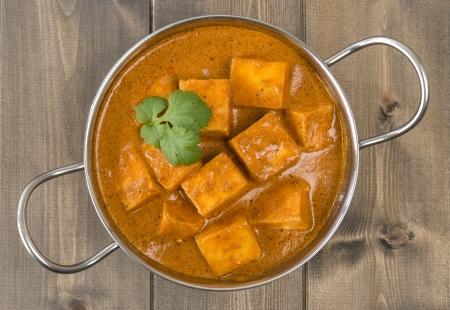 cagliata: Paneer Makhani o Shahi Paneer Paneer Butter Masala - formaggio fresco indiano curry in un piatto di Balti e guarnito con foglie di coriandolo