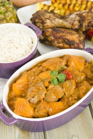 Lamb et doux rago�t d'arachide de pommes de terre servis avec du riz blanc des Cara�bes et du plat Afrique de l'Ouest