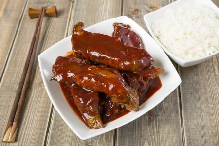 Char Siu - chinois porc collant spare ribs grill�s avec une sauce sucr� et sal� servi avec du riz bouilli