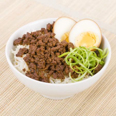 arroz: Lu Fan Rou taiwanés estofado de cerdo Plato de Arroz - Planta adobado de cerdo y hervido en salsa de soja servido sobre arroz cocido al vapor.
