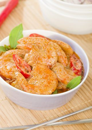 Thai Prawn Curry - King prawns in red curry sauce and coconut milk in a lilac bowl. Reklamní fotografie
