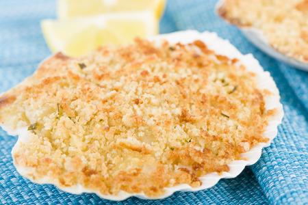 帆立貝の海老グラタン - 女王帆立貝と王シェルにて、エビのグラタン テルミドール ソース、パン粉とチーズの皮をトッピングします。 写真素材