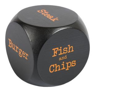 fish and chips: Para llevar los dados. Chips de pescado - Cubo con opciones de comida aislados en un fondo blanco.