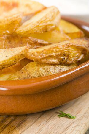 tapas espa�olas: Cu�as de la patata - porciones de patatas crujientes servidos con alioli. Tapas espa�olas! Foto de archivo