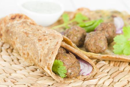 Kati Roll - kebab Kofta e rosso sottaceto cipolla rotolato in un paratha fritto con le uova. cibo di strada indiana. Archivio Fotografico
