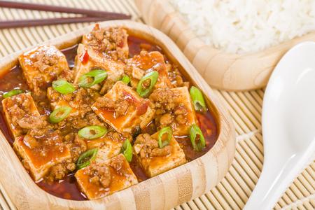 arroces: Mapo Tofu - Queso de soja y carne de cerdo picada cocinada con pasta de frijol chile, frijoles negros fermentados, aceite de chile y pimientos Szechuan, con guarnici�n de cebollas de primavera.