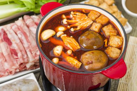 四川風鍋 - 牛肉、豆腐、エビ、キノコ、緑の葉と麺とスパイシーな中国鍋。