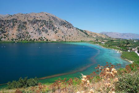 kreta: Lake Kournas, die nur nat�rliche, permanente S��wassersee auf Kreta. Tretboote gemietet werden vom Strand auf der Nordseite (rechts) auf dieser Seite.
