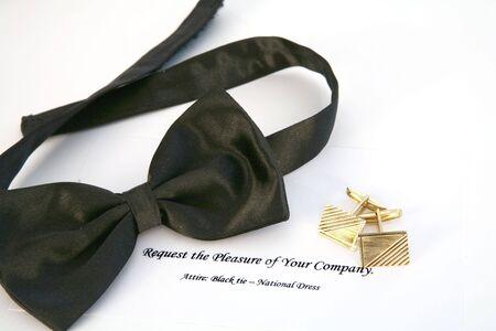 stropdas: Bow Tie, gouden manchetknopen en een uitnodiging voor een zwarte stropdas evenement