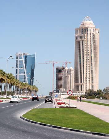 quatre saisons: Partie de la haute-lieu dans l'h�tel de Doha. Le Q-tel b�timent est sur la droite, avec les Quatre saisons derri�re elle. Movenpick sur la gauche.