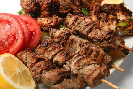 alitas de pollo: Una placa de kebabs de pollo y cordero y alas de pollo, servido con una guarnici�n de lim�n, tomate y lechuga.