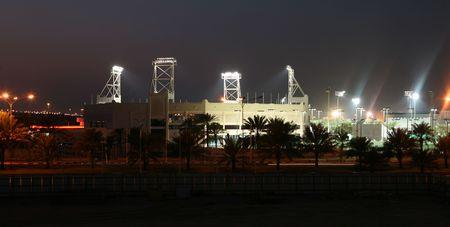 tennis stadium: El estadio Khalifa de tenis en Doha, Qatar, en la noche - el sitio de todos los profesionales Qatar principales torneos de tenis