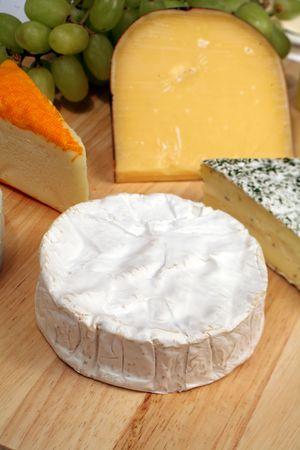 tabla de quesos: cheeseboard; brie, azul, queso azul; Cambozola; queso; franc�s; suave; cremoso; grasa; engorde; gourmet; delicadeza; deliciosa y la dieta; hierba; cu�a;
