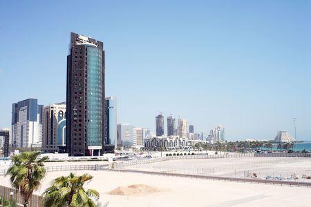 under fire: A la vista de la ciudad de Doha, en octubre de 2006, mostrando la gran altura de Nueva Distrito, que todav�a est� en construcci�n. El edificio en primer plano sufrido un incendio.