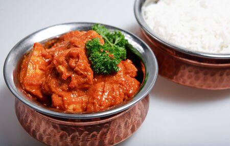 chicken curry: Servieren Schalen, mit einer roten Thai Chicken Curry, gekocht mit Kokosmilch und Mango (gekr�nt mit einem Zweig Petersilie) und plain white Basmatireis.