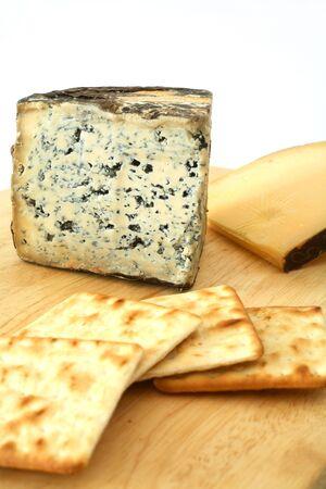 tabla de quesos: Un cheeseboard con el queso azul de Valdeon de Espa�a y del Gouda holand�s, junto con las galletas poner de la galleta