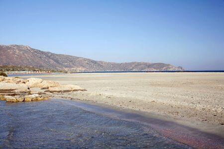 llegar tarde: La playa de Elafonissos, Creta, en una tarde de verano  's tarde. La arena roja (en la parte inferior derecha) parece ser motivo de erizo de mar conchas. Esto es evaluado uno de los Med  's mejores playas.  Foto de archivo