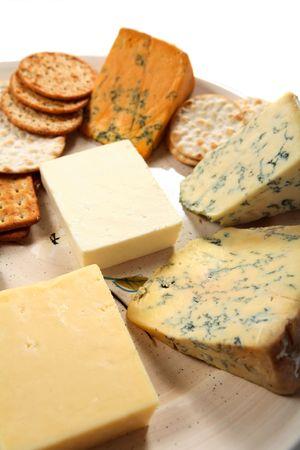 wensleydale: Una placa de multa Ingl�s quesos con un surtido de galletas. Las agujas del reloj desde la parte superior izquierda: Shropshire Blue, Blue Stilton, Wensleydale azul, madura cheddar blanco y Cheshire.