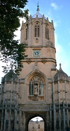 The famous Tom Tower, containing the Big Tom bell at Christ Church, Oxford, that is rung 101 times every day at 9.05pm in honour of the students who were at the college when the tower was completed by Christopher Wren in the 17th Century. Stock Photo - 3075249