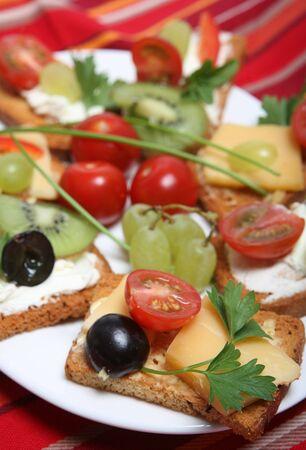 melba: Una placa de Rusk tostadas Melba o canap�s, con nata o queso de pasta dura y adornado con uvas, tomates cherry, pimiento rodajas, perejil y cebollino.