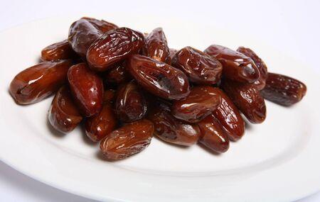 stark: Macro einer Platte von SWEED Daten, die Frucht der Dattelpalme, bereit zu essen. Termine sind eng verbunden mit der muslimischen heiligen Monat Ramadan, wenn sie benutzt werden, um den schnell am Ende eines jeden Tages.