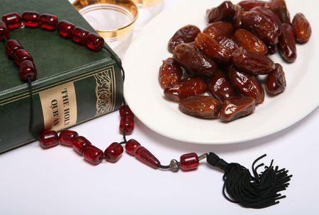 Data, een kopje koffie wachten om te worden gevuld, kralen, en een kopie van de heilige Koran, alle symbolisch zijn van de islamitische vastenmaand Ramadan en van het breken van het vasten elke avond om Iftar.