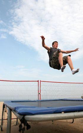 그레이트 암스테르담, 영국에서 해변에서 젊은 남자 trampolining