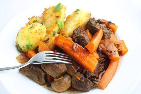 sautee: Carota e stile francese manzo stufato con le erbe, servite con patate saut� guarnite con prezzemolo