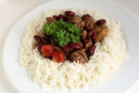 arroz blanco: Un plato de Chile con carne con arroz sobre un fondo blanco