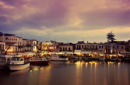Abend in der venezianischen Epoche-Hafen in Rethymno, Kreta, Frühsommer 2009. Langzeitbelichtung mit Motion blur (Mittel-Format-Dia-Film)