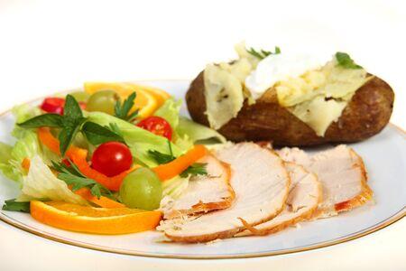 festive occasions: Una cena de ensalada de pavo saludable, con una papa asada con mayonesa, sobre un fondo blanco. Un menos opci�n para ocasiones festivas de engorde  Foto de archivo