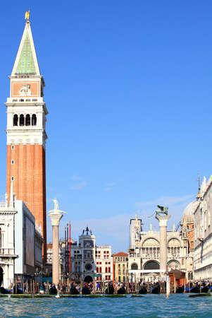 leon alado: Vista desde el Gran Canal de Piazza San Marco, Venecia, el coraz�n de la Rep�blica Seren�sima y el sitio de numerosos tesoros hist�ricos visibles aqu�, incluyendo la Bas�lica de San Marcos, el camponile, el le�n alado, la torre del reloj etc..  De la squar Foto de archivo