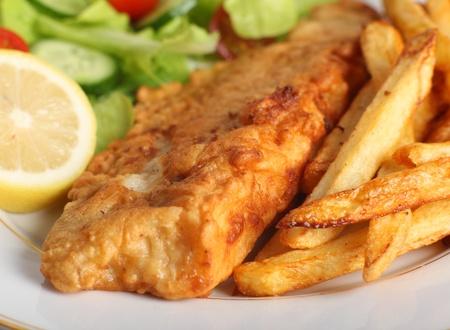 fish and chips: Un morceau de poisson servie avec de la p�te fran�ais frits croustilles, citron et une salade de laitue, fus�e, concombre et la tomate.