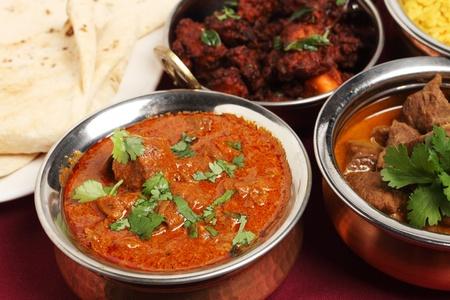 curry: Un taz�n de curry de cordero de Cachemira en una tabla con cordero korma, Rep�blica Federativa de Yugoslavia de pollo, chappatis y arroz.