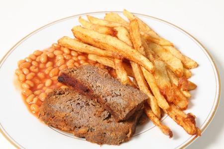 pastel de carne: Un plato de pastel de carne servida con frijoles al horno y patatas fritas o papas fritas franc�s. Foto de archivo