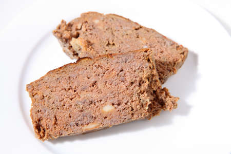 albondigas: Dos rebanadas de pan de carne hecha en casa en un plato blanco Foto de archivo