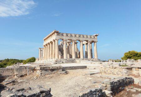 templo griego: Una vista del templo dórico de Aphaea en isla de Egina en Golfo Sarónico, al sur de Atenas. Aphaia parece haber sido derivado de una ninfa minoica, Britomartis, y se asoció más tarde con Athina.