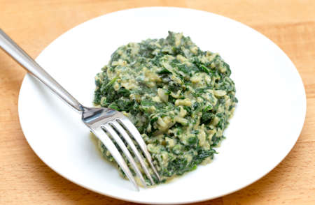 scrambled eggs: Huevos revueltos con espinacas, cebolla y albahaca. Italiano strapazzate uova estilo al verde