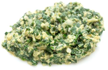 scrambled eggs: huevos revueltos con espinacas, cebolla y albahaca. estilo italiano UOVA strapazzate al verde, en un plato blanco. Foto de archivo