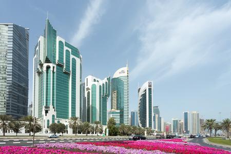 electricidad: DOHA, Qatar - 11 de febrero 2015: Torres de Doha Corniche, entre ellos el Ministerio isl�mica, Salam Torre, Ministerio de Electricidad y Doha Banco