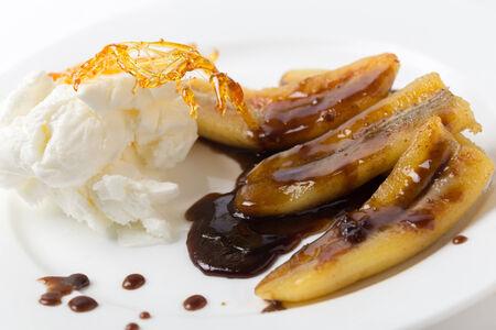 platanos fritos: Pl�tanos fritos con una salsa de caramelo, helado y una decoraci�n de az�car caramelizado.
