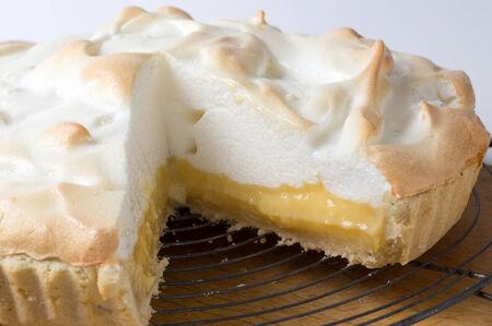 pie de limon: Hecho en casa pastel de merengue de limón, un clásico de la cocina europea postre Foto de archivo