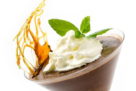 copa martini: Mousse de chocolate hecho en casa en un vaso de martini con crema, una ramita de menta y una decoraci�n de az�car caramelizado